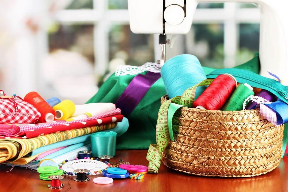 Для работы с тканью своими руками, прежде всего, необходимо подготовить рабочее место со всем необходимым