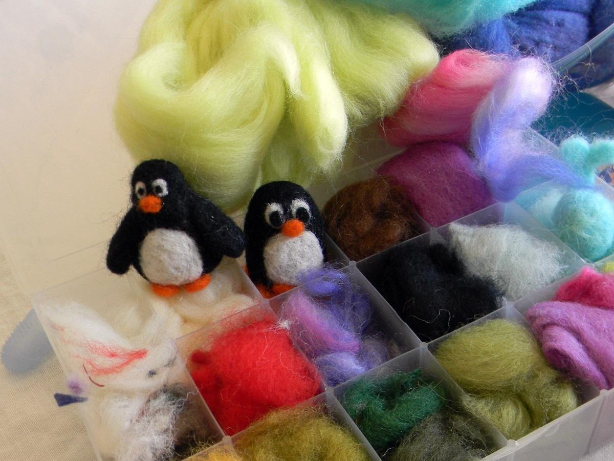 Шерсть для сухого валяния может отличаться по цвету, размеру и плотности