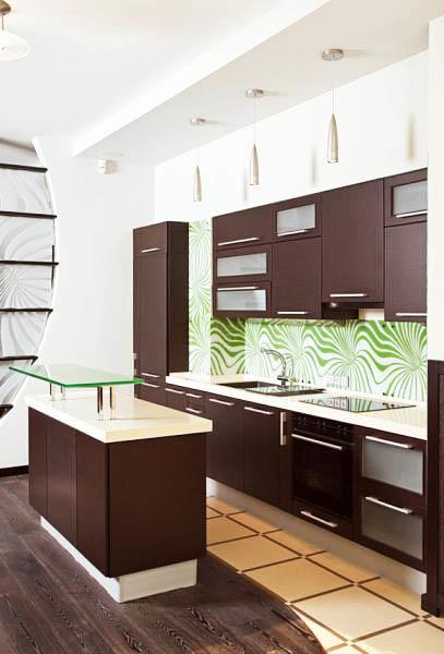 В современных кухнях можно встретить самые различные сочетания коричневого с контрастами