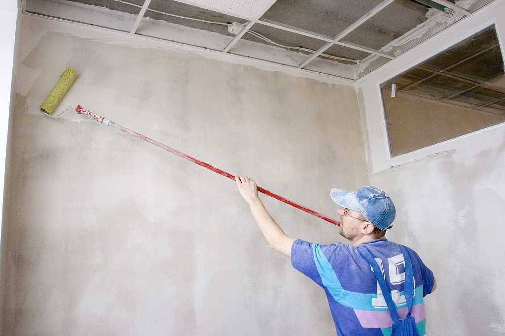 Подготовка стен не уступает по важности поклейке обоев: чтобы был хороший результат, нужно правильно обработать поверхность стены