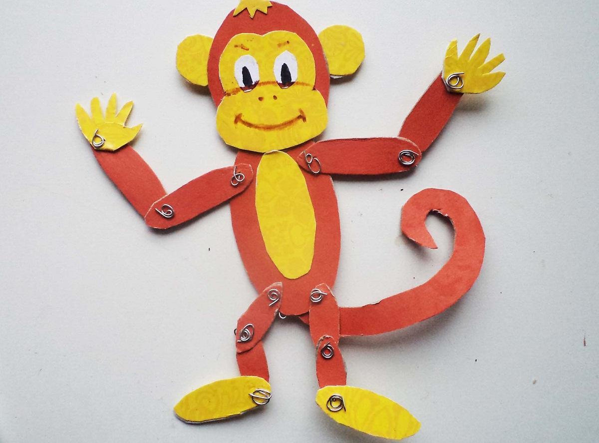 Игрушка из картона с подвижными деталями в виде обезьяны является отличным подарком для ребенка