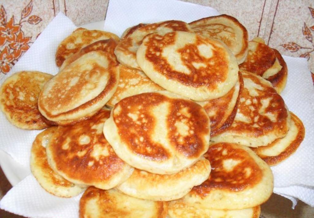 Дрожжевые оладьи на кефире станут отличным вкусным и сытным блюдом на завтрак