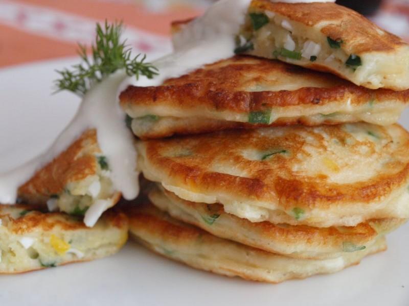 Подавать готовые оладьи можно со сметаной или соусом. Приятного аппетита!