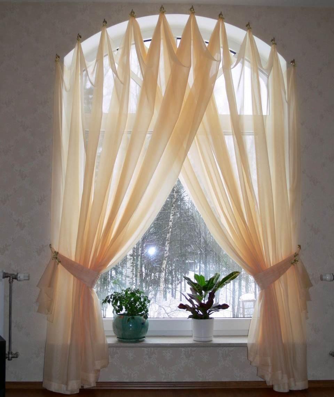 Оформить оконный проем арочной формы можно шторами особого покроя