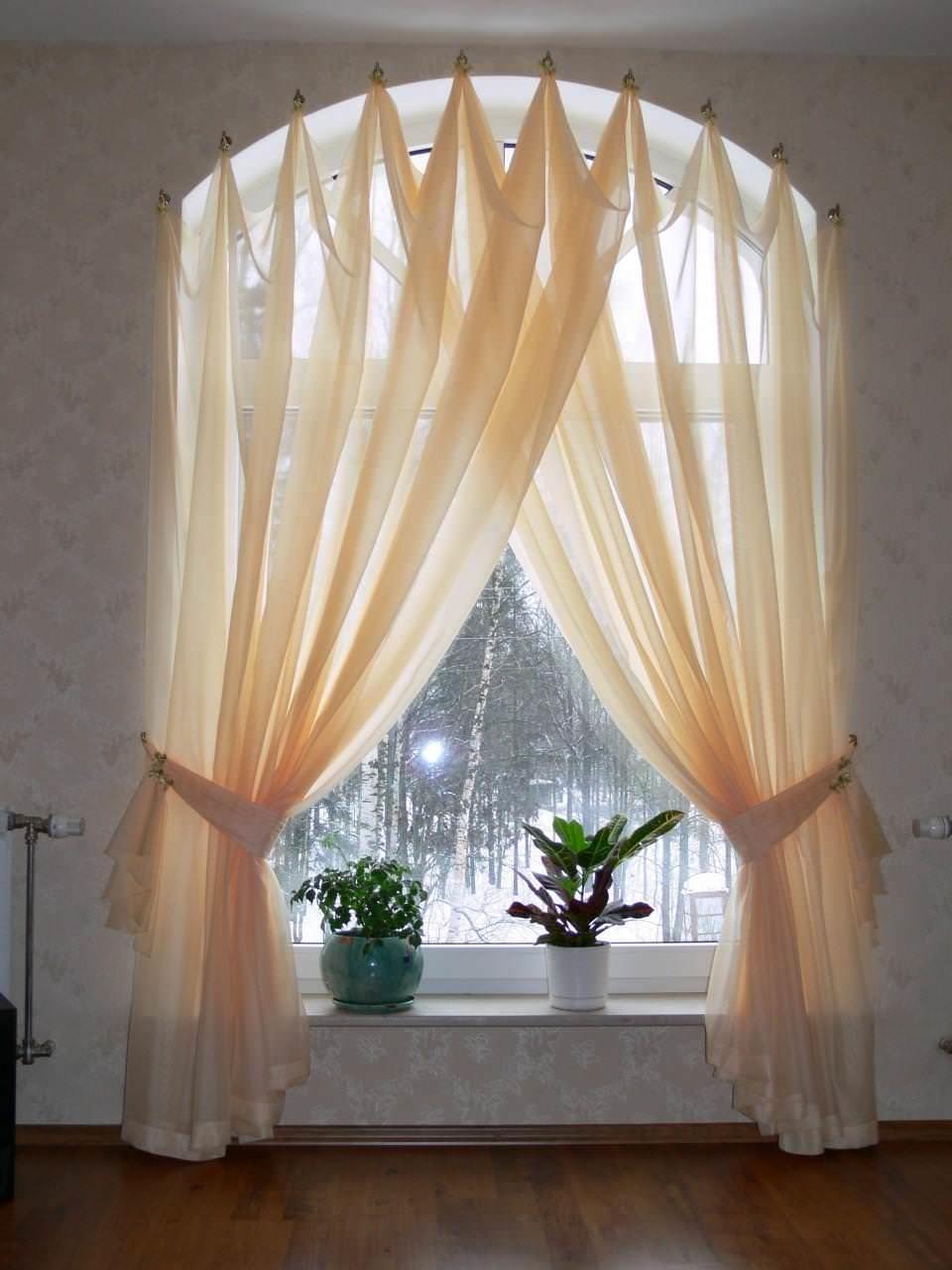 Оформление арочного окна текстилем имеет свои особенности