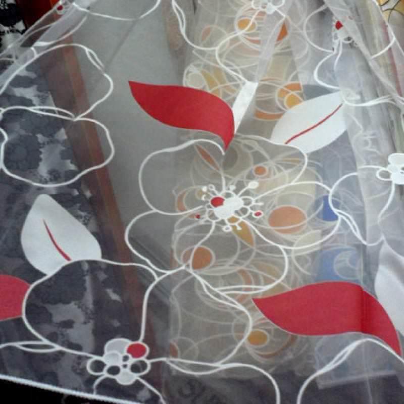 Прозрачная ткань с красочным рисунком подойдет для кухни