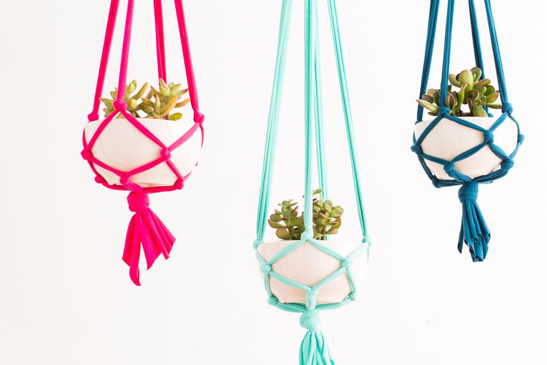 Изготовить красочный кашпо вам помогут красивые толстые нитки, приобрести которые можно в специализированных магазинах