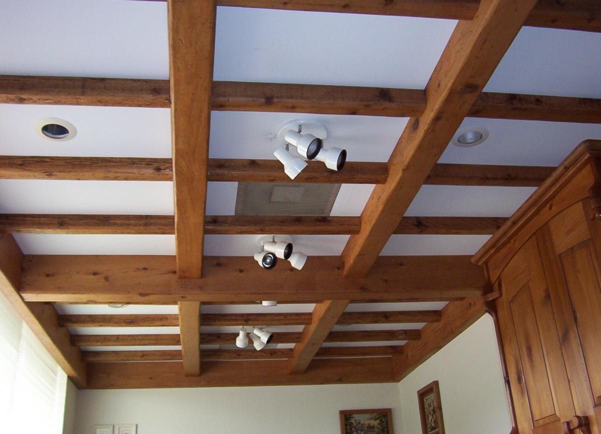 Красивый потолок из гипсокартона поможет спрятать недостатки и неровности деревянного потолка