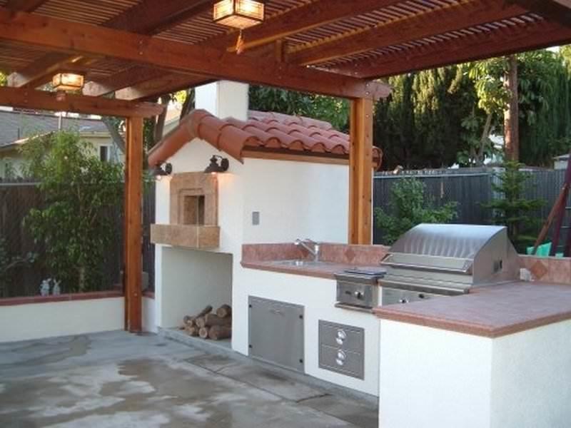 Летняя кухня открытого типа может иметь крышу, защищающую ее от незначительных осадков