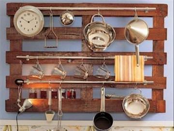Полочку из дерева или древесно-стружечной плиты можно дополнить рейлингами