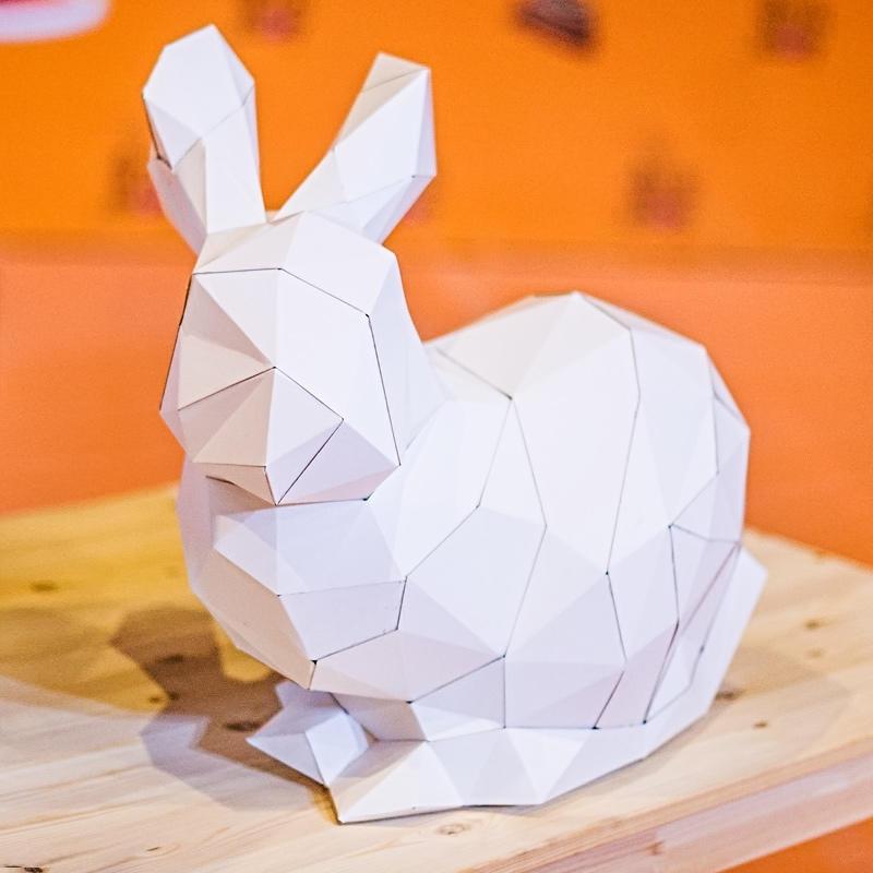 При помощи красивых объемных поделок из бумаги ребенку будет интересно изучать геометрические фигуры