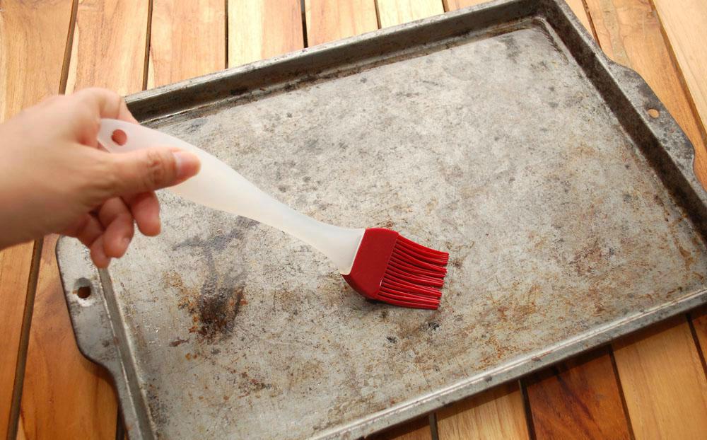 Смазываем противень растительным маслом. После этого застилаем его пергаментной бумагой