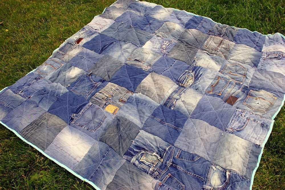 Лоскутное одеяло из старых джинс красиво смотрится и на диване, и на пляже