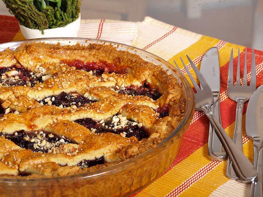 Пирог со сливами на столе – это всегда праздник для любителей фруктовых десертов