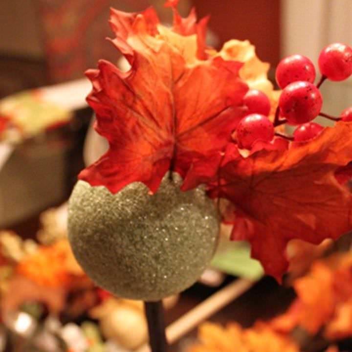Чтобы закрепить лист к кроне правильно, вначале делается прокол шара, в отверстие заливается капля клея и уже потом фиксируется лист