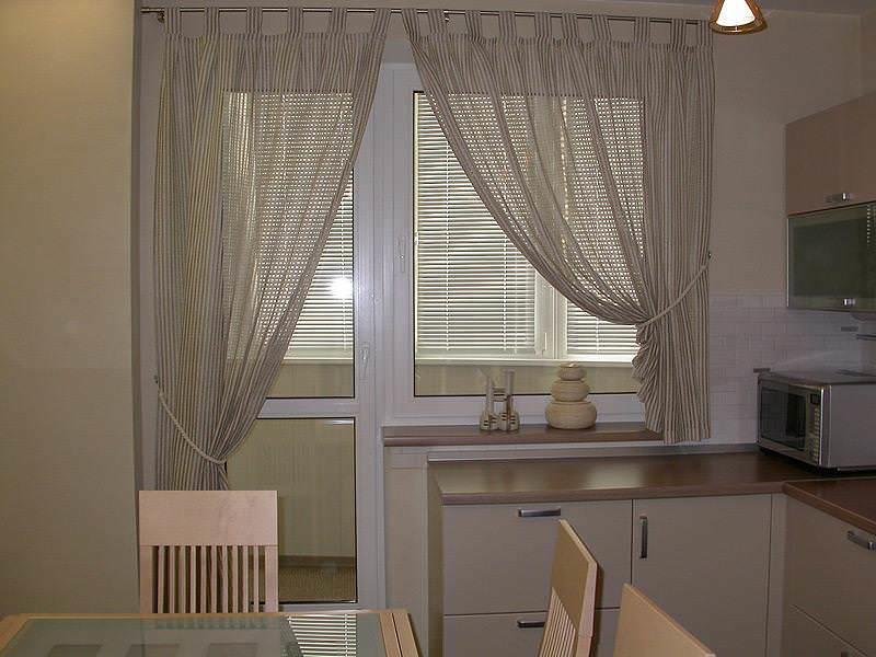 Желательно, чтобы стиль балкона был идентичен кухне - только так общий дизайн будет идеально сбалансирован