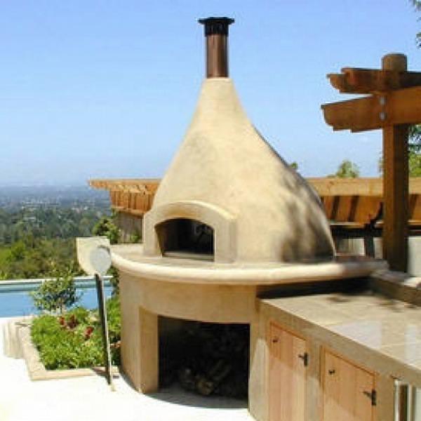 Летняя кухня под открытым небом свободно может включать в себя такой важный элемент интерьера, как печь