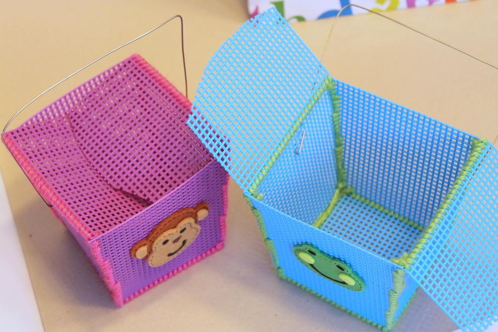 Для вышивки открыток, шкатулок и прочих декоративных элементов выпускается специальная пластиковая канва