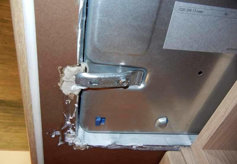 Особое внимание при установке варочной панели нужно будет уделить ее креплению к столешнице
