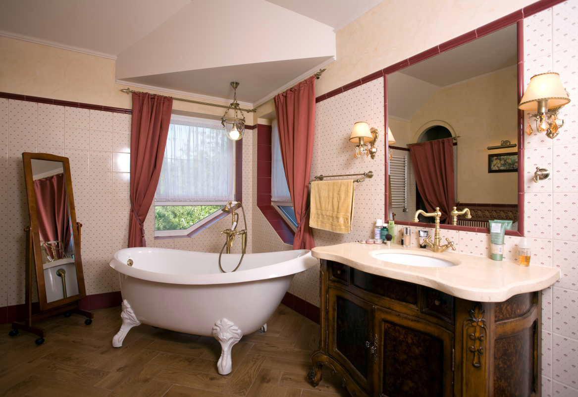 Преимущество большой ванной комнаты заключается в том, что она может вместить как различные бытовые приборы, так и необычные элементы декора