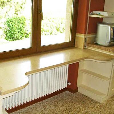 Столешница вместо подоконника увеличит позезную площадь кухни, не жертвуя при этом удобством