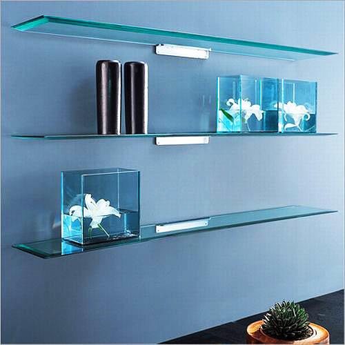 Настенные стеклянные полки можно использовать не только для размещения различных бытовых предметов, но и для цветов