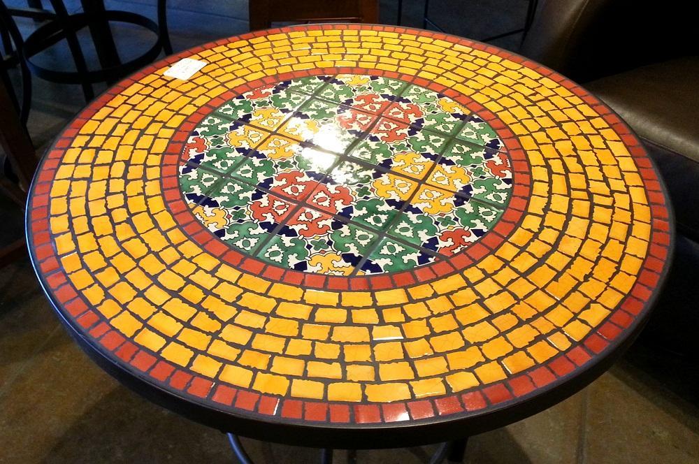 Перед тем как покрывать стол мозаикой, стоит выбрать композицию, которую она будет изображать