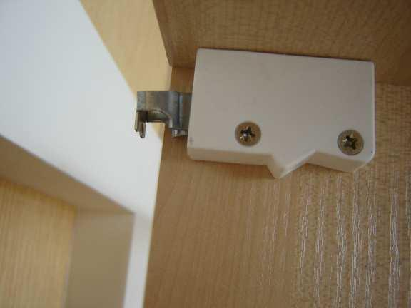 Подобное крепление удобно тем, что шкафчики можно двигать горизонтально по полозьям