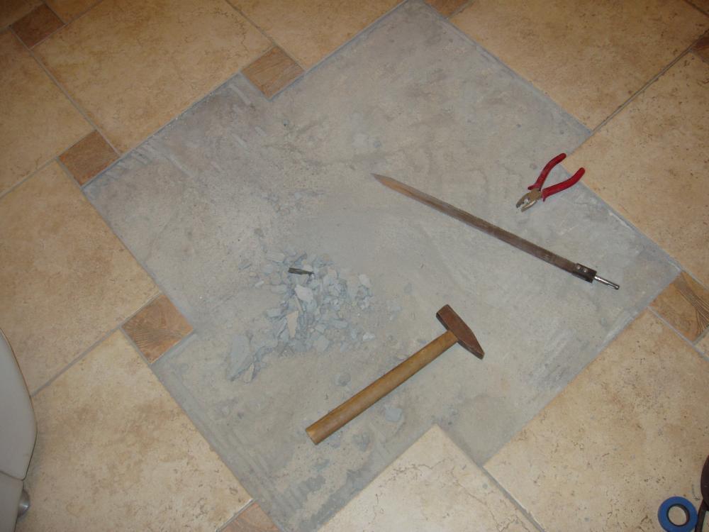 После снятия старого покрытия специалисты рекомендуют тщательно зачищать поверхность для укладки новой плитки