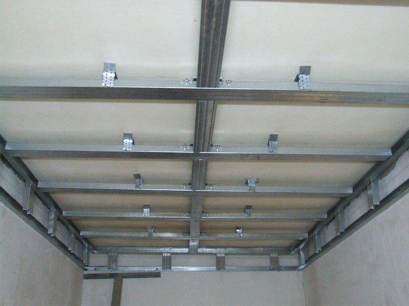 Если вы хотите, чтобы пластиковые панели были надежно установлены, тогда сперва следует смонтировать прочный металлический каркас на потолок