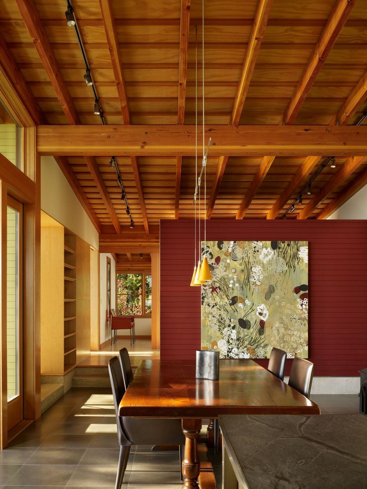 Вагонка из древесины является довольно востребованным покрытием для потолка, хотя используется в основном для небольших помещений