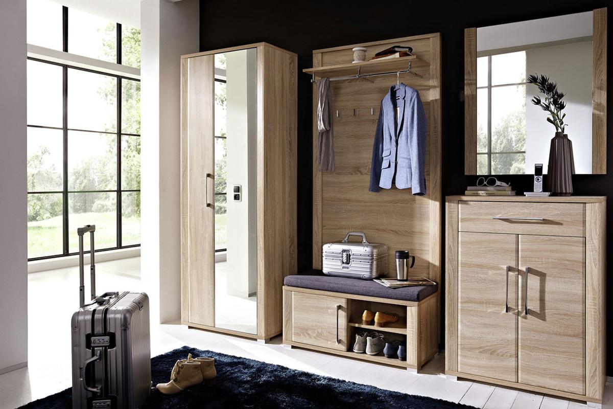 Стильно украсить интерьер современной прихожей можно при помощи красивого шкафа с большим зеркалом и практичной вешалкой