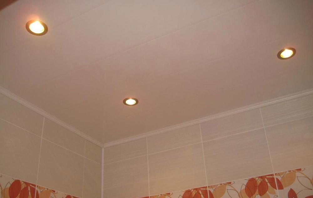 Какие потолки лучше сделать в ванной: видео как своими руками, из чего и чем покрыть, как правильно, как самому ремонтировать, чем обшить