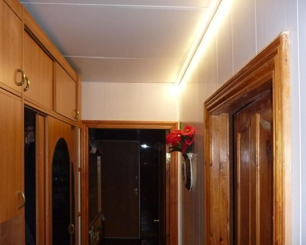 Сэндвич-панели являются достаточно популярными, поскольку они практичны и легко устанавливаются на потолок