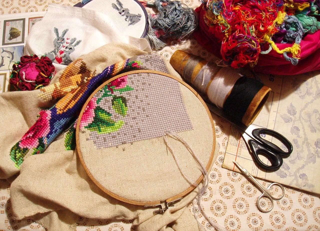 Чтобы определить необходимое количество ткани, нужно знать размер вышивки в крестиках и применить специальную схему для расчётов