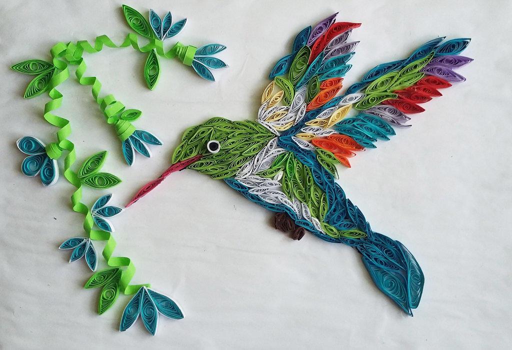 Панно с колибри в стиле квиллинг привлекает своей простотой и в тоже время необычностью в выполнении всей работы