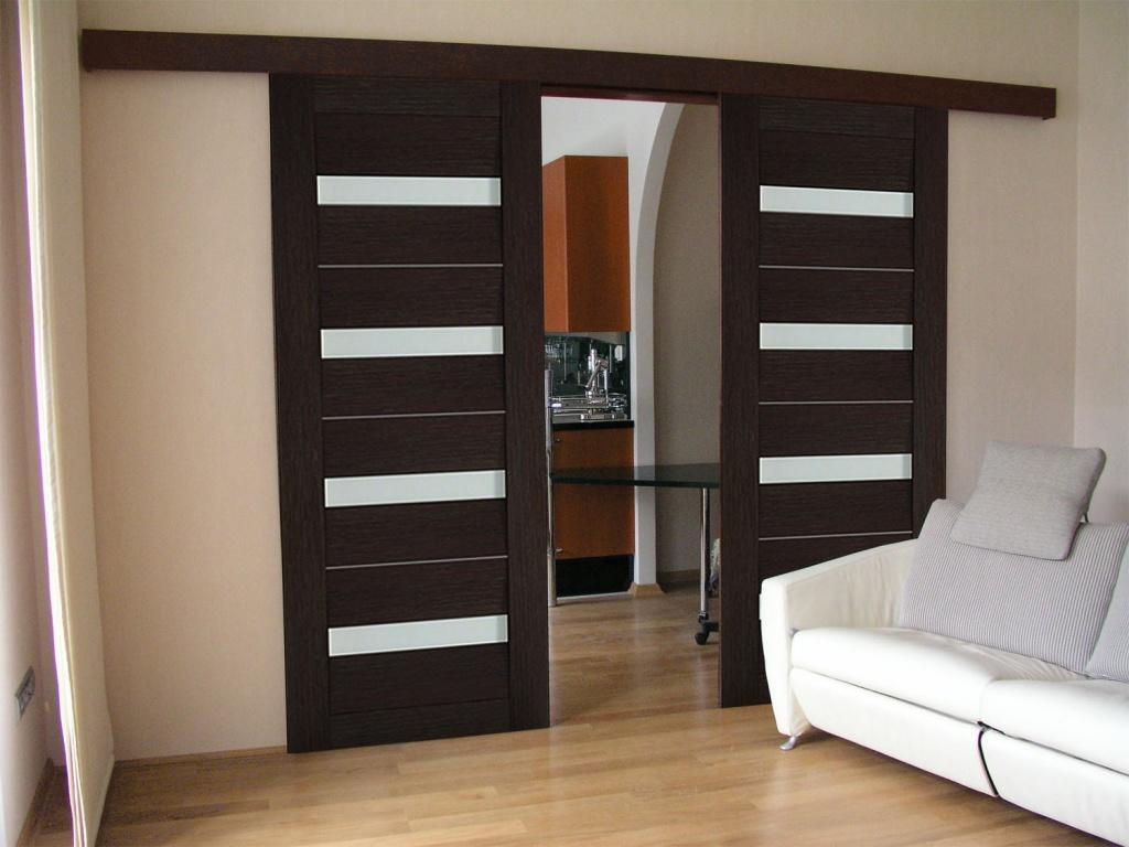 Преимущество навесных дверей заключается в том, что их легко и удобно использовать