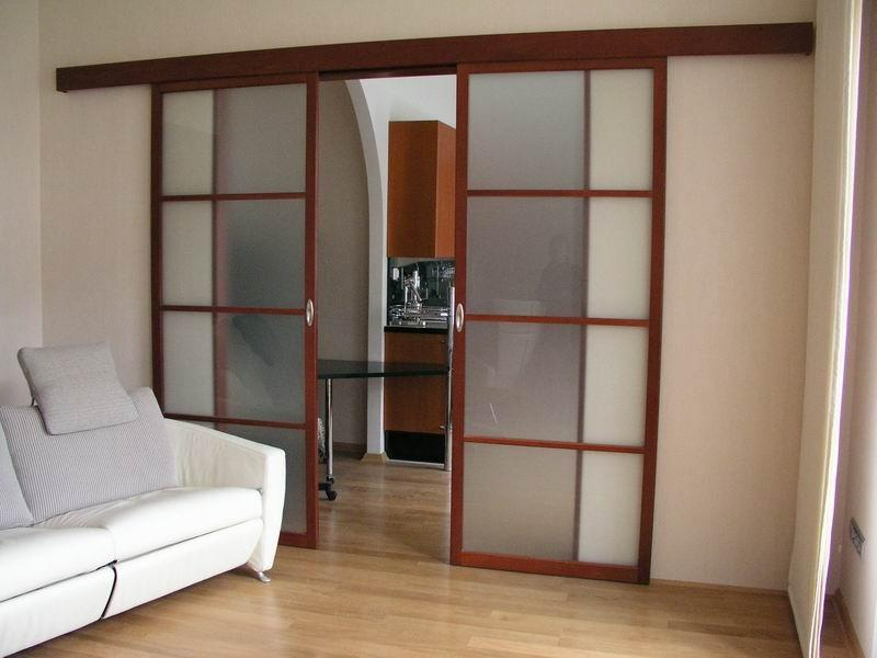 Популярной является сдвижная дверь, которая характеризуется компактностью и практически не занимает свободное пространство в помещении