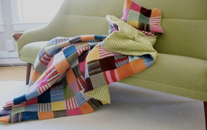 Для того, чтобы сшить лоскутное покрывало, необходимо составить схему на бумаге, исходя из количества и расцветок подготовленных кусочков ткани
