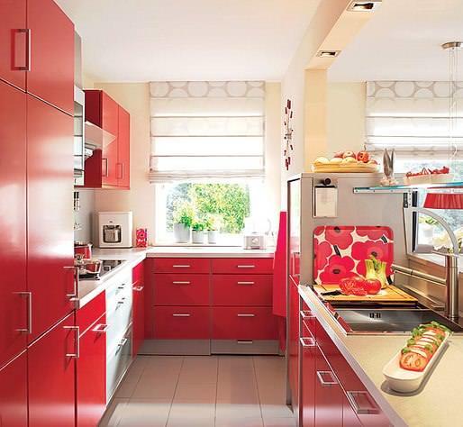 Красный цвет довольно универсален, ведь сочетается практически с любыми кухнями, в том числе и с узкими