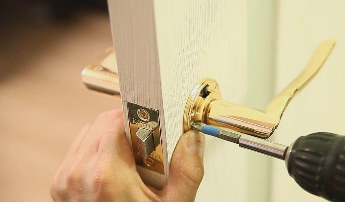 В отличие от запорных устройств для входной двери, конструкции межкомнатных имеют несложный механизм, и его починку можно произвести самостоятельно