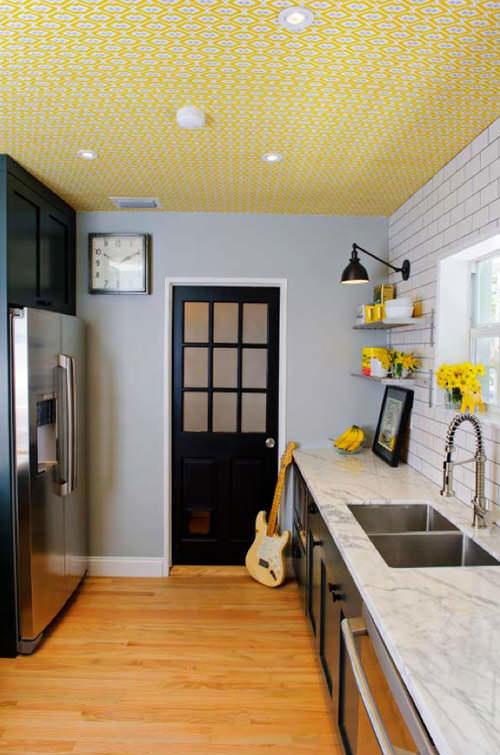 Если кухня выполнена в стиле прованс или ретро, - такая текстура потолка будет как нельзя кстати