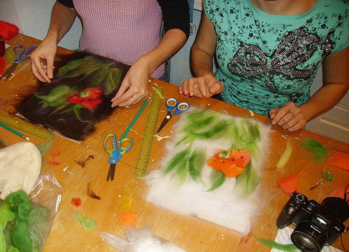 Все материалы для мокрого валяния можно купить в интернете или магазине, продающем товары для рукоделия