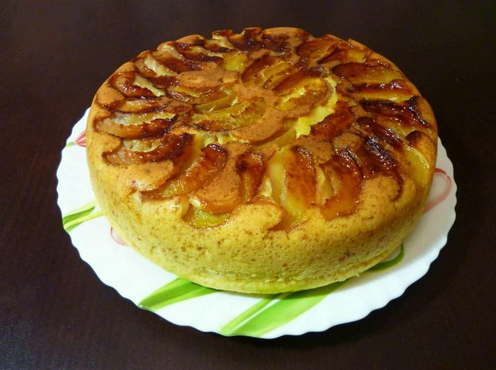 Если печь шарлотку в мультиварке, то в отличном результате можно не сомневаться: пирог не подгорит и не останется сырым