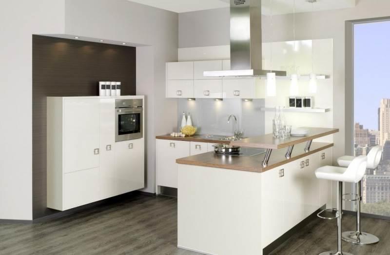 В дизайне П-образной кухни применяют несколько вариантов барной стойки