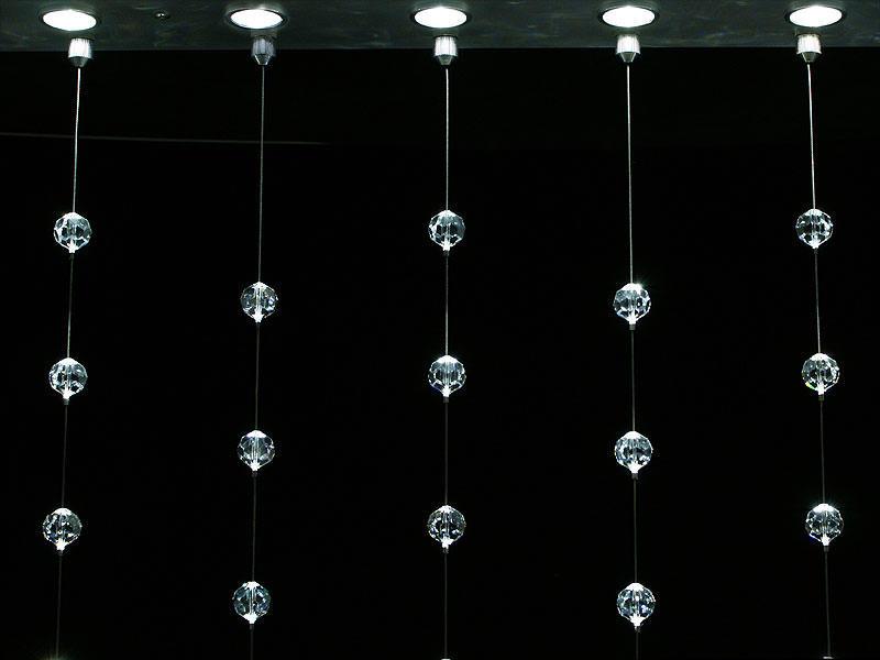Если правильно подобрать освещение, простые шторы из старых хрустальных бусин будут выглядеть очень эффектно