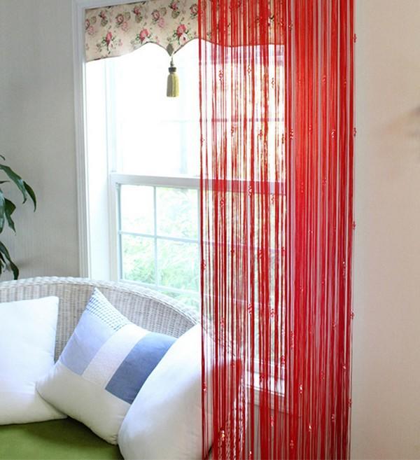 В зависимости от материала, из которого делают шторы-висюльки, ими можно дополнить любой интерьер
