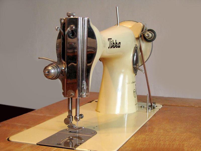 Если вам нужно заправить нитку в швейную машинку старого образца, в таком случае можно ориентироваться на инструкцию на самом устройстве