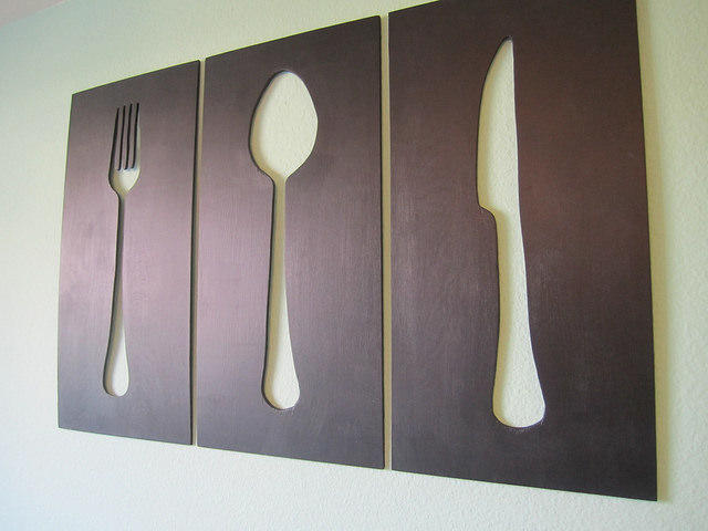 Необычный настенный декор, состоящий из нескольких элементов, можно изготовить своими руками из фанеры или древесной плиты