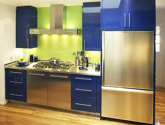 При сочетании синего с зеленым на кухне рекомендуем использовать матовые поверхности и светлые оттенки